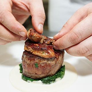 שף גורמה פרטי שמכין מנת בשר משובחת